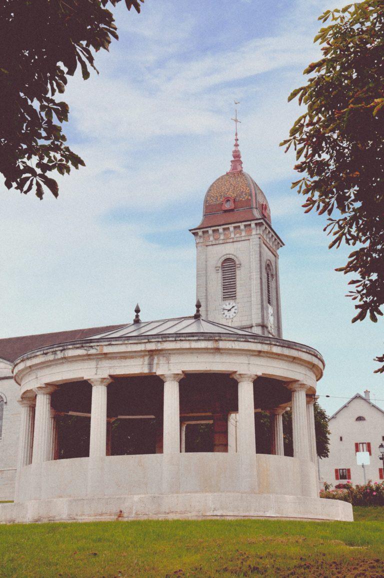 La fontaine ronde et l'église de Loray